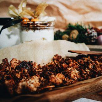 Rezept | Weihnachtliches Honig-Bananen-Mohn-Granola | 3bears